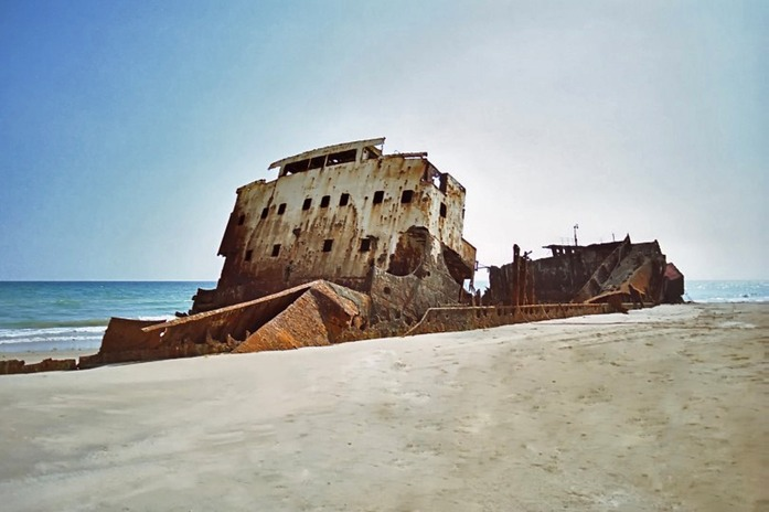 Wreck on the beach E of  Mukalla 2.jpg